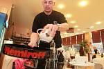 V zástěře barmana. Mou hlavní náplní bylo především čištění skleniček a umývání špinavého nádobí. Daleko příjemnější práce mě naštěstí čekala při zdobení zákusků nebo podávání vín.