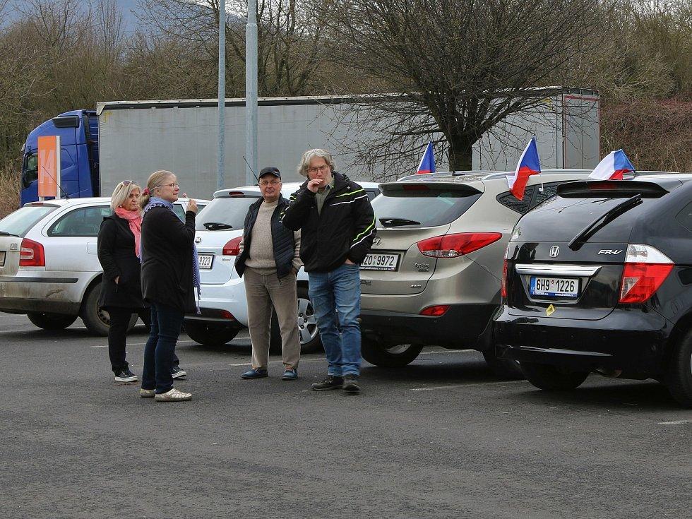 Troubení a české vlajky na oknech a zrcátkách. V tomto duchu se nesla protestní Jízda za svobodu, která celým Ústím projížděla v sobotu kolem půl třetí.