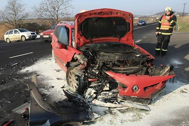 Na silnici 1/15 u odbočky do obce Třebívlice na lovosicku došlo ve čtvrtek v 7.45 hodin k čelní srážce dvou osobních vozidel.