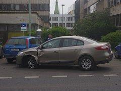 PO NEHODĚ. Nehoda dvou osobních aut zkomplikovala dopravu před kulturním domem ve Velké Hradební ulici v centru Ústí.