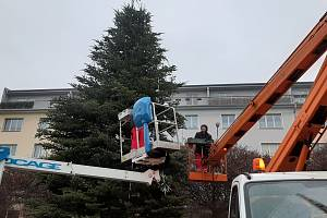 Vánoční strom na Lidickém náměstí v Ústí přišel o ozdoby