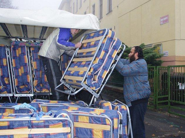 Stěhování Romů z předlické školy do krásnobřezenské ubytovny.