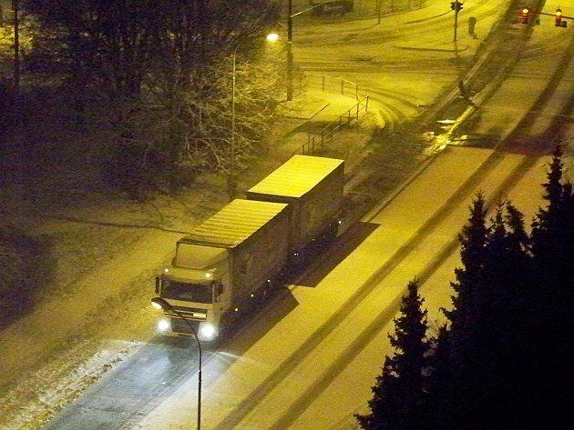 Kamiony mají během sněžení problémy vyjet Hoření ulici a Důlce.