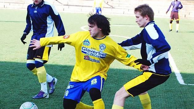 Fotbalisté Neštěmic (žluté dresy) prohráli v přípravném utkání s ŘEZUZ Děčín.