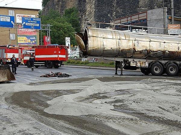 Z převráceného kamionu vytekly na křižovatku Předmostí tuny kafilerního tuku.