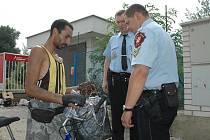 Rom ze Slovenska neměl na cigarety, tak si prý vytáhl klubko drátu z popelnice.