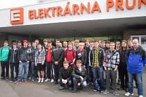 Studenti a pedagogové před Elektrárnou Prunéřov.