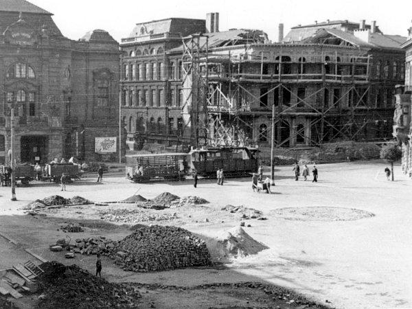 Náletem poškozené Lidické náměstí. Divadlo zasaženo nebylo. Naopak, opravy potřebovalo dnešní muzeum. Knihovna, tou dobou sídlo NSDAP, zmizela úplně.