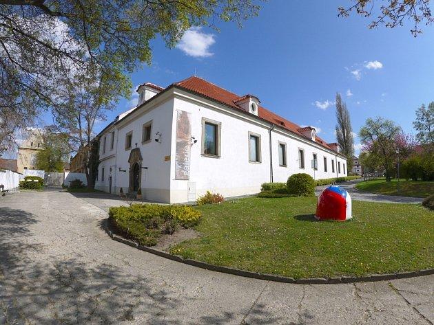 Bývalá lobkowiczká jízdárna, postavená italským barokním architektem Antoniem Portou, je od roku 1965 sídlem Galerie moderního umění v Roudnici nad Labem.