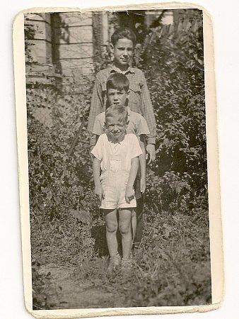 Miro Žbirka ve čtyřech letech (stojí nejníže) se svými bratry Tonym (8) a Jaseyem (12).