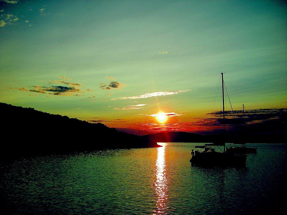 """""""Fotografie byla pořízena letos při několikadenní plavbě na plachetnici v Chorvatsku. Západ slunce jsem zachytila v jedné malebné zátoce u ostrova Pašman,"""" napsala Dana Berková z Ústí nad Labem."""