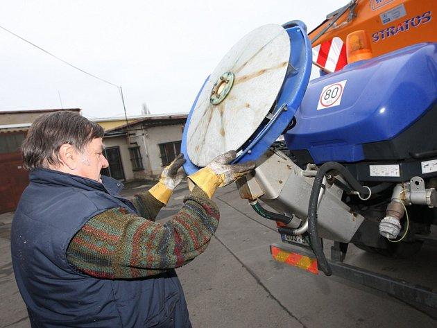 Na zimní údržbu městských ulic a chodníků jsou připraveni lidé i technika v AVE Ústí nad Labem.