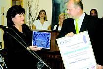 Hejtmanka Jana Vaňhová předává trofej Zdeňku Suchanovi, řediteli společnosti Autobusy Karlovy Vary a.s., loňskému vítězi Dopravce roku.
