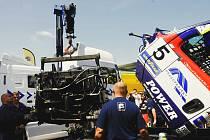 Za hodinu a půl vyměnili mechanici týmu Buggyra celý motor.