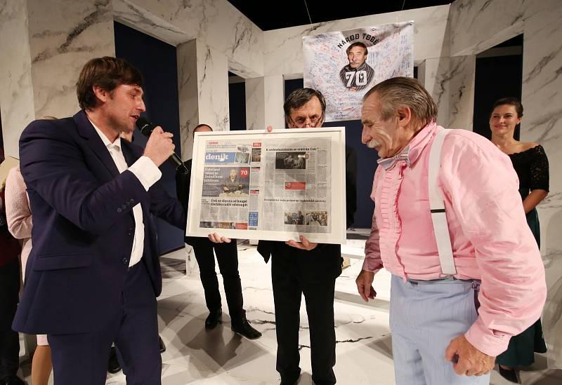 Herec Pavel Zedníček slavil v kulturním domě v Ústí nad Labem své 70. narozeniny. Jako dárek dostal mimo jiné i titulní stranu Ústeckého deníku s jeho fotografií.