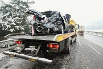 Řidič dostal smyk a narazil do autobusu. Doprava na frekventované silnici z Ústí do Děčína byla zhruba na hodinu uzavřená.