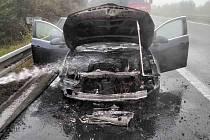 Požár auta na dálnici D8 u Chabařovic