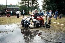 Útok družstva Ryjic na okresním kole požárního sportu.
