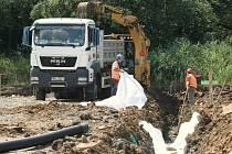 Práce na stavbě dálnice D8 skončily, soud zrušil stavební povolení. Dělníci stavbu zakonzervují.
