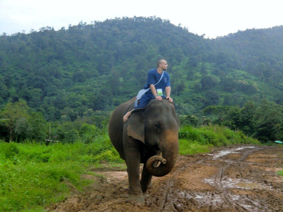 Čiang Mai na severu Thajska je výchozím bodem pro výlety, například na slonech. Veze se Radek Švehla z Mimoně.
