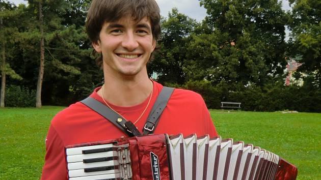 Harmonikář Petr Lüftner.