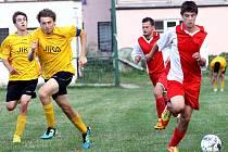 Fotbalisté Skorotic (žlutí) porazili po boji nováčka z Malého Března 4:2.