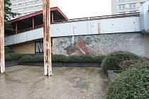 Zničená mozaika je jedna z posledních, kterou vytvořila česká mozaikářská dílna před svým zánikem.