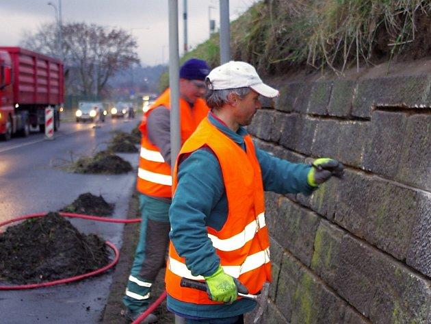 Stavební dělníci obsadili na měsíc Děčínskou ulici směrem od Mariánského mostu na Velké Březno. Dopravu kolem podezdívky železnice musí řídit semafory.