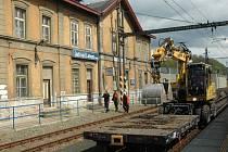 V minulosti se cestující mohli v nádražní budově ve stanici Ústí nad Labem Sever schovat a koupit si tu jízdenky. České dráhy ale chátrající objekt již šest let nevyužívají. Hledají zájemce, který by si ho koupil.