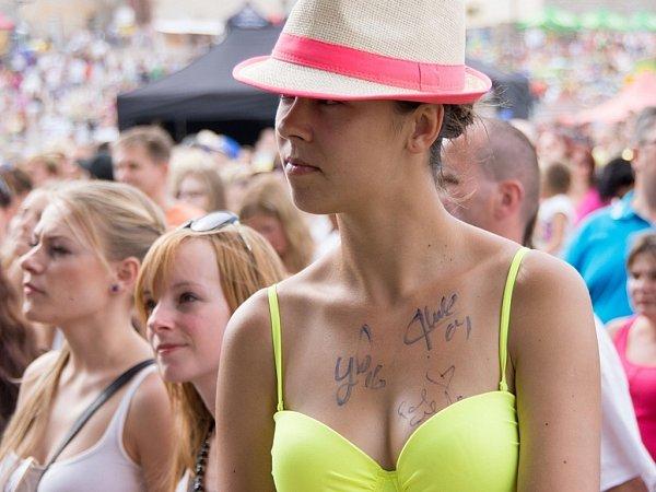 Autogram na hrudi si odnesla tato slečna.
