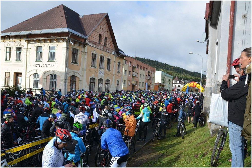 Milovníci horských kol z celé republiky se o víkendu sjeli do Josefova Dolu.