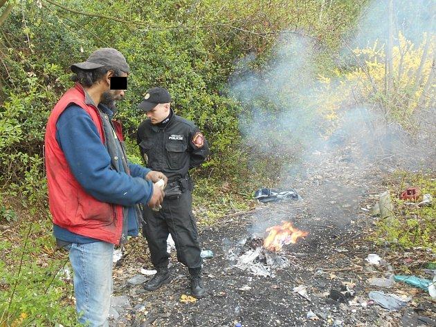 Strážníci donutili bezdomovce oheň uhasit a po řádném poučení ho z místa ho vykázali.