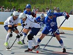 Hokejbalisté Ústí (v bílém) prohráli v rozhodujícím duelu čtvrtfinálové série s Pardubicemi 3:4 v prodloužení. Foto: Miroslav Vlach.