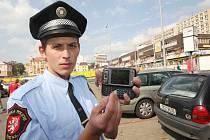 Strážník Jiří Mendel s PDA, kterým zjišťuje, zda je u vozu zaplaceno SMSparkovné