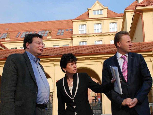Místopředseda vlády Alexandr Vondra, rektorka Iva Ritschelová a primátor Ústí Jan Kubata