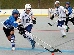 Hokejbalisté Elby (bílé dresy) doma porazili Letohrad 3:0.