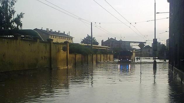 Tovární ulice, když ji zaplavil déšť... Trvalo několik dní, než se opět obnovila doprava.