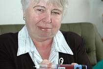 Ústečanka Vlasta Kůstková ukazuje pero, kterým si lék jednou denně aplikuje.