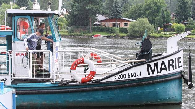 Výletní loď Marie o víkendech funguje také jako přívoz z Dolních Zálezel do Církvic
