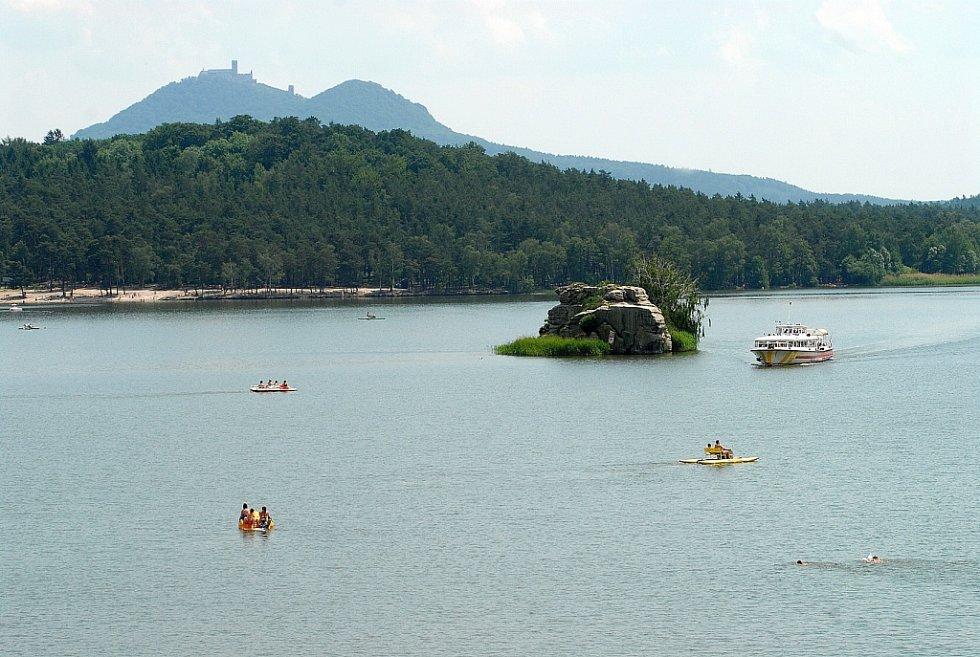 Máchovo jezero, nad nímž se tyčí hrad Bezděz. Je to největší vodní plocha v Libereckém kraji. Do plochy Nechranic by se ovšem vešlo více než čtyřikrát.