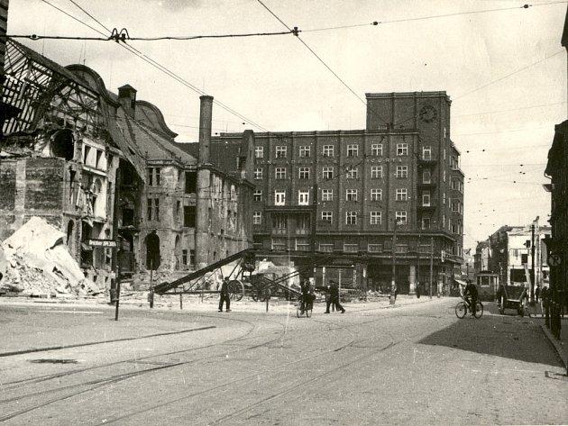 Trosky domů, zničených náletem v dnešní Revoluční ulici, tehdy Friedrichstraße. V pozadí na křižovatce s dnešní Masarykovou ulicí tramvaj a dům s restaurantem Grand.