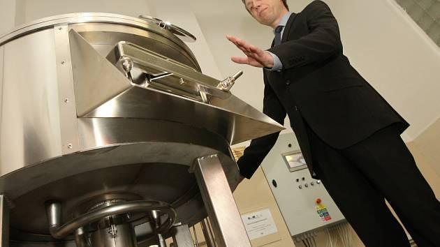 Popis výroby piva ve školním minipivovaru vysvětluje zástupce ředitele školy Jan Rottenborn.