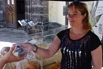 Barbora Buriánková na trzích nabízí pět druhů chleba.