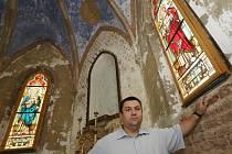 Kostel dostal obnovená vitrážová okna z dílny Jana Karky ze Cvikova.