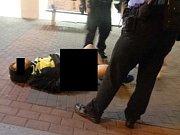 Opilý bezdomovec při odchodu z místa vykázání si asi po sto metrech lehl na zem, svlékl si kalhoty a začal vulgárně pokřikovat po kolemjdoucích.