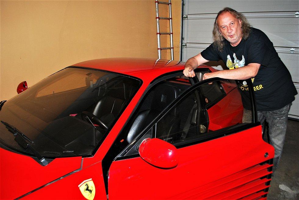 Bubeník kapely Kabát Radek Hurčík zvaný Hurvajs má v garáži u svého domu v Dubí na Teplicku Ferrari Testarrosa.