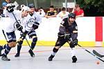 Letní turnaj hokejbalistů v Ústí nad Labem vyhrál tým HBC COMA (bílé dresy), ve finále porazil SC Dragons Ústí n/L (fialové dresy).