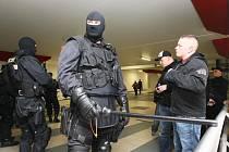 Policie kontroluje po jednom příjezd pravicových radikálů, kteří dorazili z Drážďan. Je jich asi jen 15 a chovají se slušně, nechávají se v klidu prohledat policií.