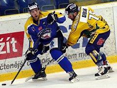Ústečtí hokejisté (modří) doma porazili Šumperk 4:2.