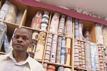 Prodavač v obchodě s látkami v Nairobi.